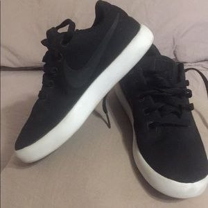 Boys Nike shoes size 5